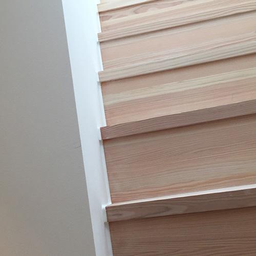 Fugning af trappe i træ